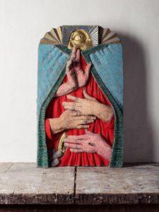 Nicola Biondani, Annunciazione. Cemento, pastelli e foglia d'oro, 70x48x18 cm, 2019